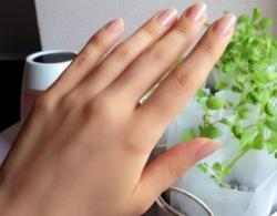 オフィスで働く女性の手
